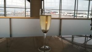 空港ラウンジで朝シャン