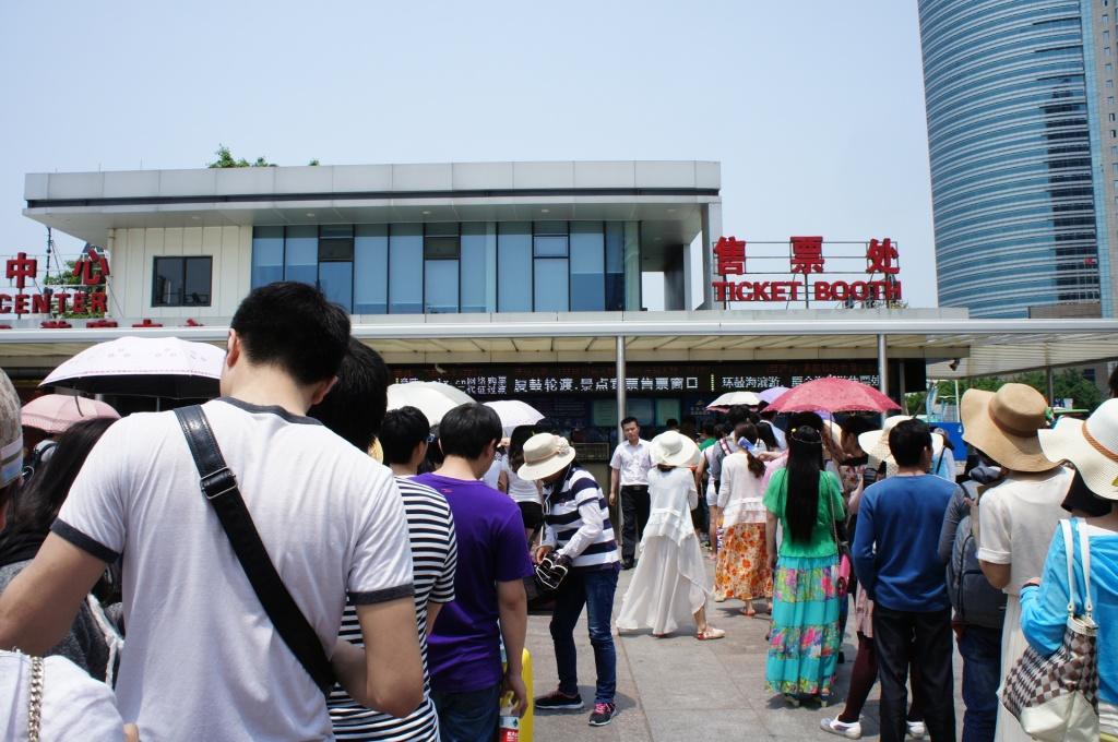 安い方のフェリーのチケット売り場、大混雑