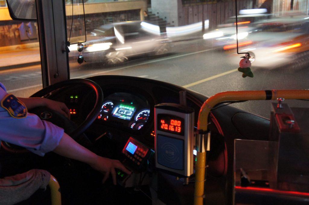 金龍汽車のバスの計器類はオプティトロンメーター