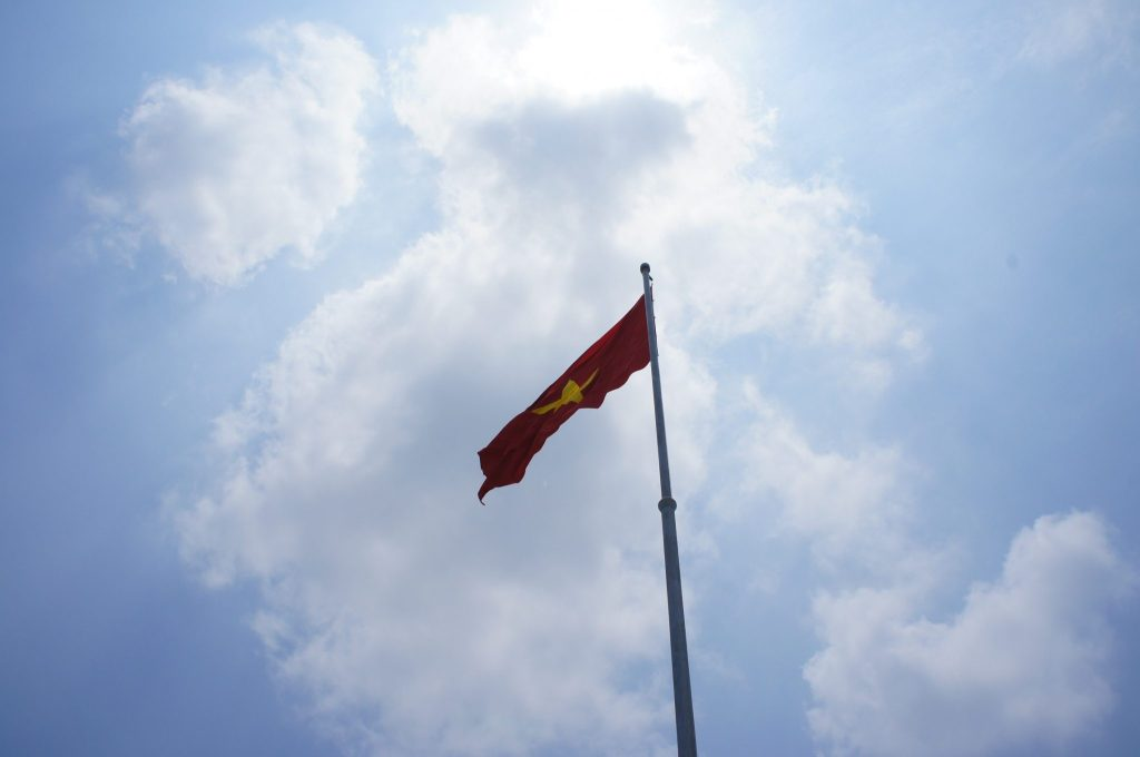 ホーチミン廟前の国旗
