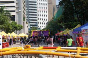 中環のCity Hall前は、なぜかフィリピン人メイドさん向けイベントを路上でやっている。