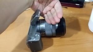 カメラのフラッシュ前に手をかざす