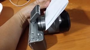 カメラのフラッシュ前に紙を置く場合