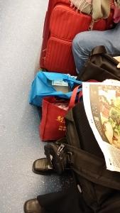 MTR東鐵線乗客の荷物、最近靴が多い