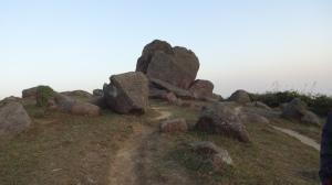 山頂にある謎の岩